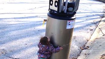 Ternura: una nena confunde un termotanque con un robot